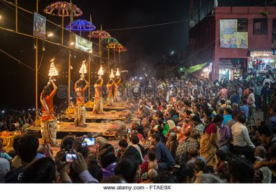 evening-hindu-prayer-ceremony-puja-next-to-the-river-ganges-in-varanasi-ftae9x