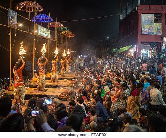 evening-hindu-prayer-ceremony-puja-next-to-the-river-ganges-in-varanasi-ftae9x